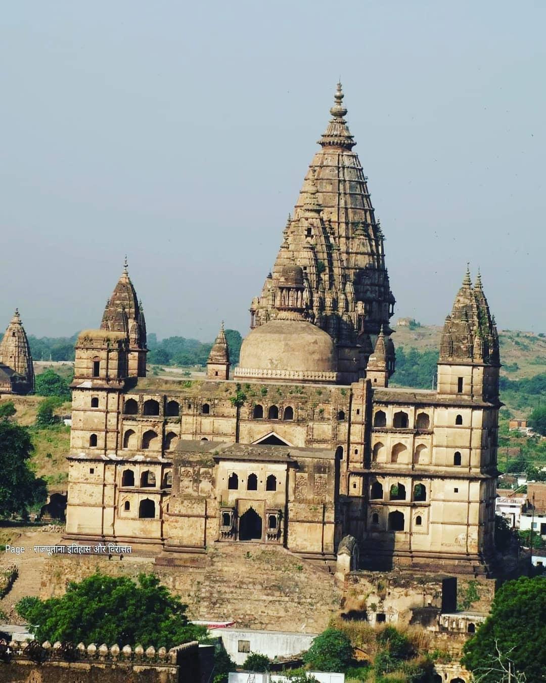 चतुर्भुज मंदिर (ओरछा - मध्य प्रदेश)  इस मंदिर का निर्माण ओरछा के शासक मधुकर शाह ...